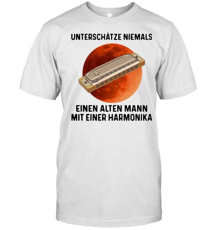 Unterschätze Niemals Einen Alten Mann Mit Einer Harmonika Sunset  Classic Men's T-shirt
